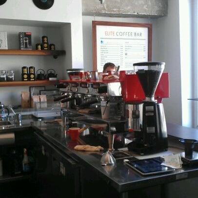 Das Foto wurde bei Elite Audio Coffee Bar von Holden am 5/4/2012 aufgenommen