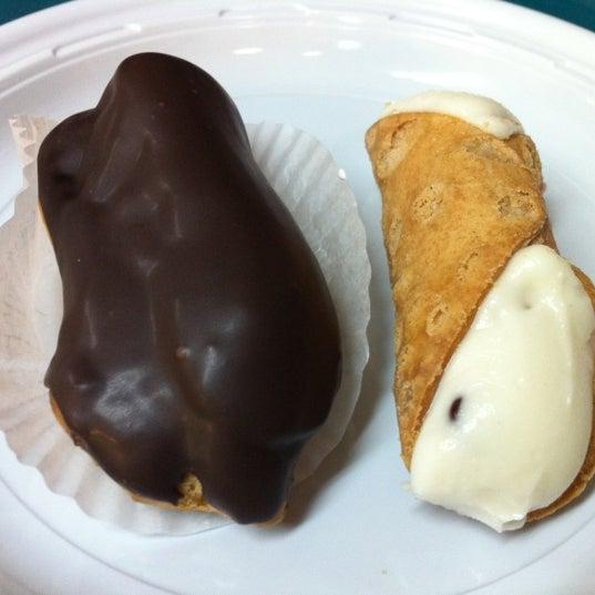 Foto tomada en LaGuli Pastry Shop por Sun el 4/14/2012