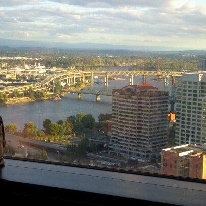 Foto tomada en Portland City Grill por Jen C. el 9/12/2012