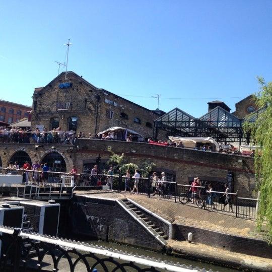 Foto tirada no(a) Camden Stables Market por Allison M. em 5/26/2012