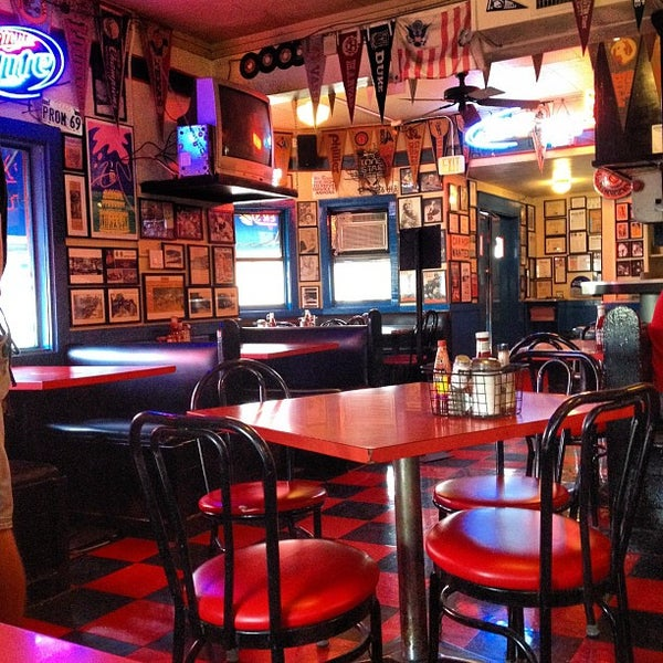 Foto tirada no(a) Hut's Hamburgers por Cordaro em 2/15/2012