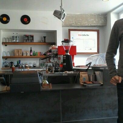 Das Foto wurde bei Elite Audio Coffee Bar von Holden am 6/25/2012 aufgenommen