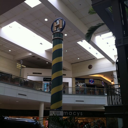 Foto tomada en Hillsdale Shopping Center por Masashi S. el 2/26/2012