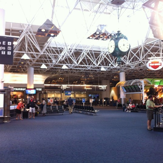 Foto tirada no(a) General Mitchell International Airport (MKE) por Rob M. em 8/29/2012