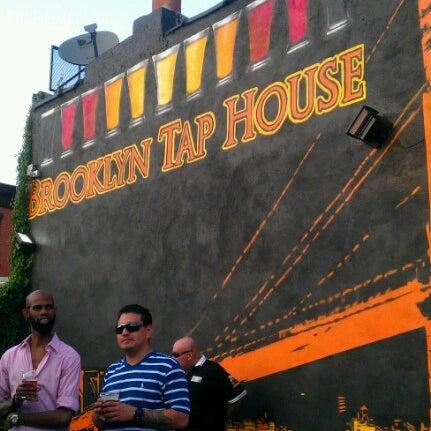 รูปภาพถ่ายที่ Brooklyn Tap House โดย Marcia P. เมื่อ 9/1/2012