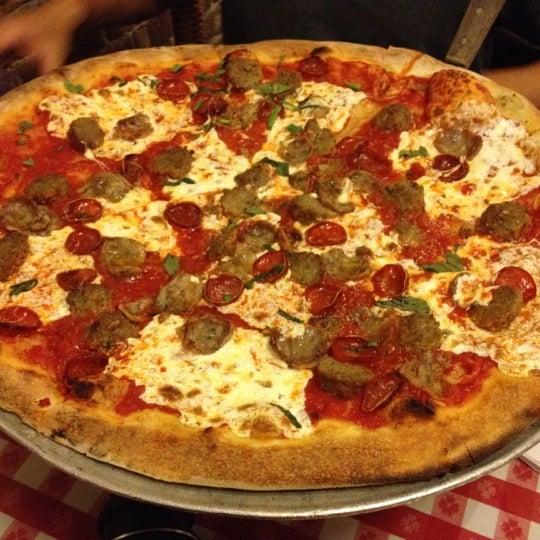 Das Foto wurde bei Lombardi's Coal Oven Pizza von Matthew K. am 5/6/2012 aufgenommen