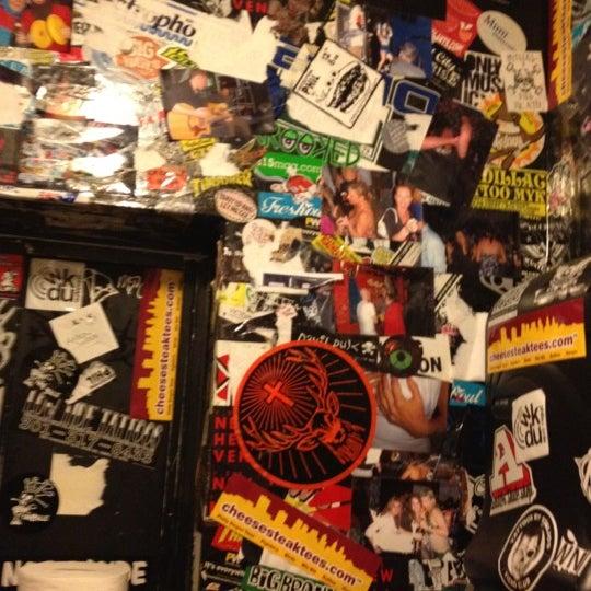 Foto tomada en Raven Lounge por Sandrine E. el 3/3/2012