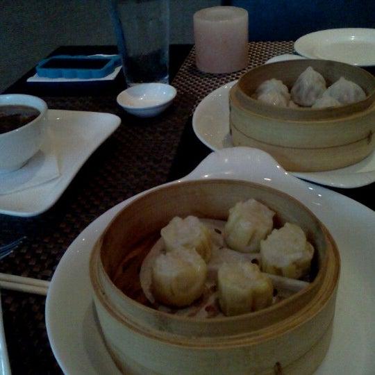 Foto scattata a Koi Fine Asian Cuisine & Lounge da Jenna C. il 7/14/2012