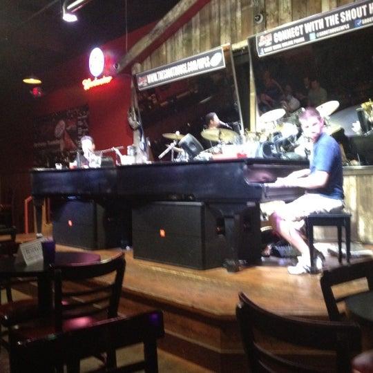 Das Foto wurde bei Shout House Dueling Pianos von Jill S. am 5/3/2012 aufgenommen