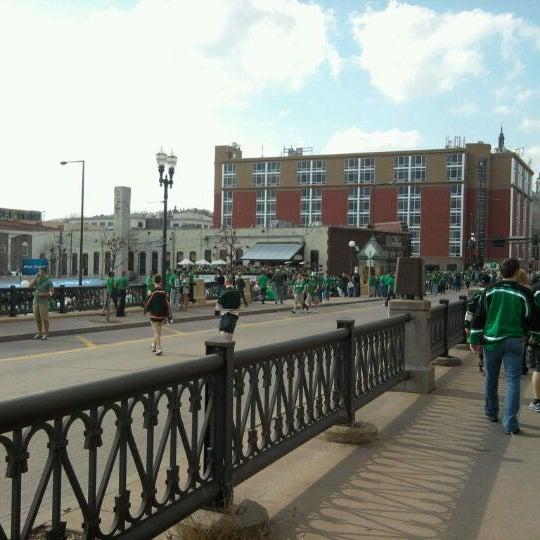 Das Foto wurde bei Eagle Street Grille von Kasey F. am 3/17/2012 aufgenommen