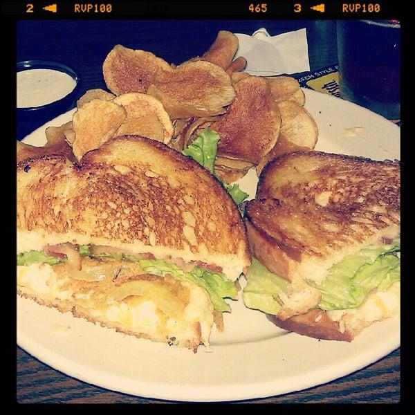 รูปภาพถ่ายที่ Tyler's Restaurant & Taproom โดย Ashley C. เมื่อ 7/21/2012