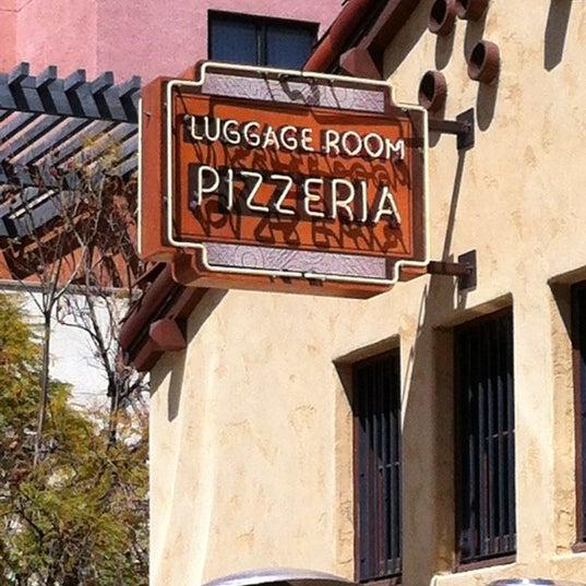 4/17/2012 tarihinde Kokopuffziyaretçi tarafından The Luggage Room Pizzeria'de çekilen fotoğraf