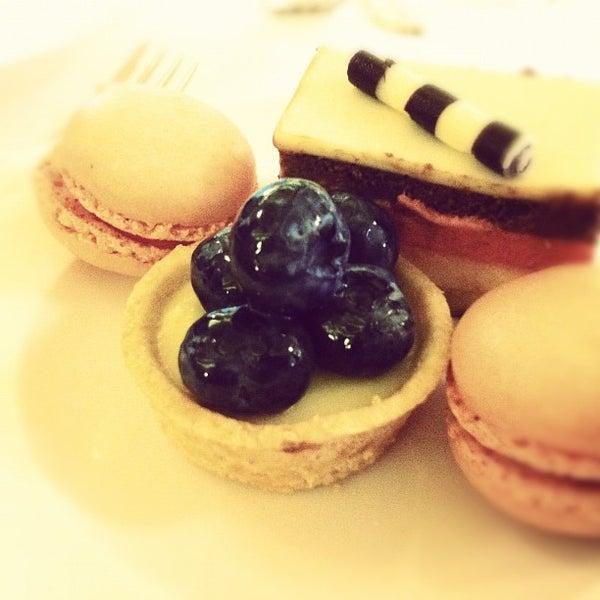 Снимок сделан в La Valencia Hotel пользователем Rommel C. 7/28/2012