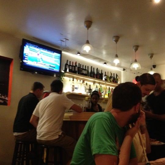 Foto scattata a Menomalé Pizza Napoletana da Gwynne K. il 7/14/2012