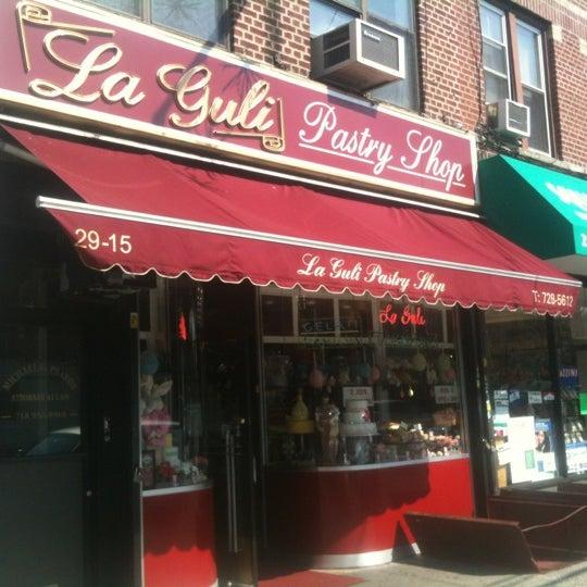 Foto tomada en LaGuli Pastry Shop por Andrew A. el 3/19/2012