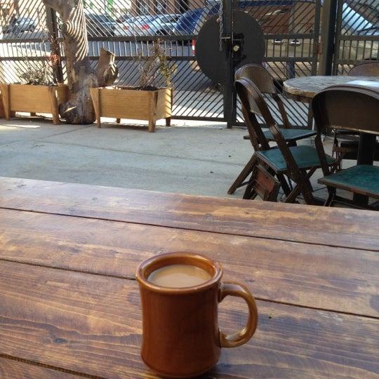 รูปภาพถ่ายที่ The West—Coffeehouse & Bar โดย Chris R. เมื่อ 3/3/2012