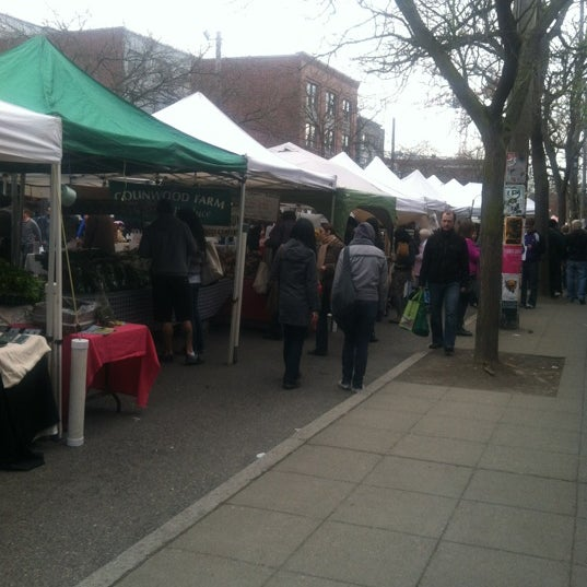 Photo prise au Ballard Farmer's Market par Michelle V. le3/25/2012