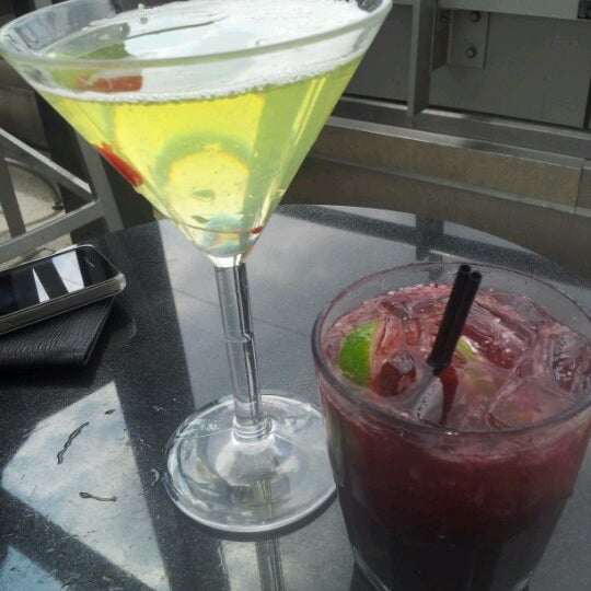 Foto scattata a Plunge Rooftop Bar & Lounge da Ah L. il 6/10/2012