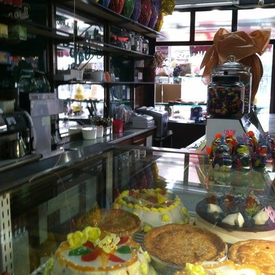 Foto tomada en LaGuli Pastry Shop por @AstoriaHaiku el 4/10/2012