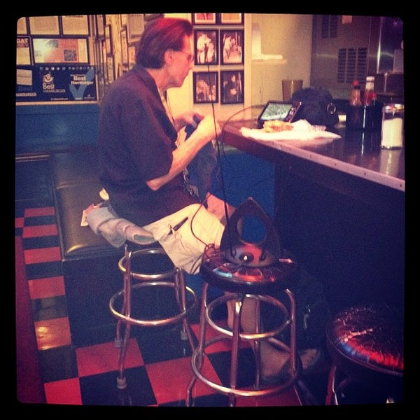 Foto tirada no(a) Hut's Hamburgers por George em 9/6/2012