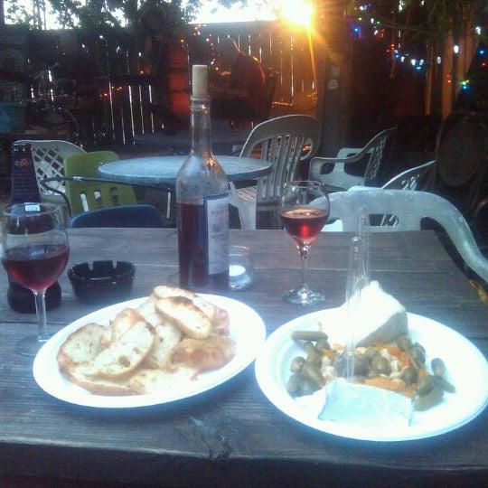 Photo prise au Bacchanal Wine par Greg D. le6/21/2012