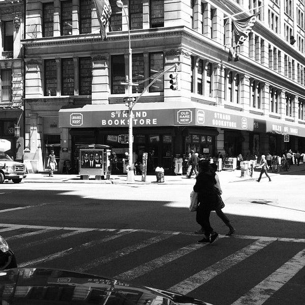 Foto scattata a Strand Bookstore da John Jeffrey P. il 5/11/2012