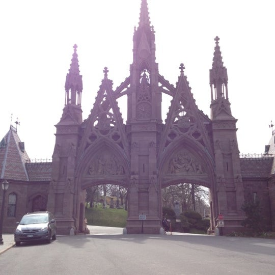 Foto tomada en Green-Wood Cemetery por J Crowley el 3/24/2012