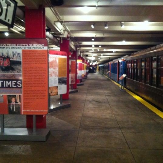รูปภาพถ่ายที่ New York Transit Museum โดย Liz V. เมื่อ 9/5/2012