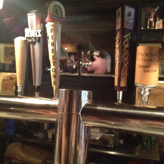 Foto scattata a Alphabet City Beer Co. da Emily E. il 5/25/2012