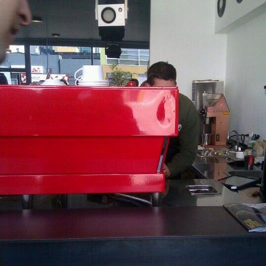Das Foto wurde bei Elite Audio Coffee Bar von Holden am 2/9/2012 aufgenommen