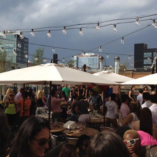 Das Foto wurde bei STK Rooftop von Sergio N. am 6/3/2012 aufgenommen