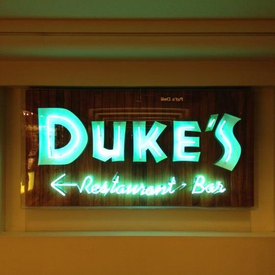 Foto tomada en Duke's Waikiki por Yosuke M. el 2/13/2012