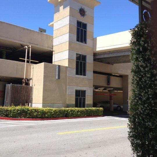 Foto tomada en Hillsdale Shopping Center por Jeff M. el 6/2/2012