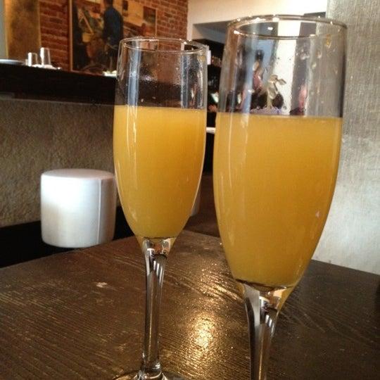 รูปภาพถ่ายที่ Oola Restaurant & Bar โดย Becky C. เมื่อ 4/8/2012
