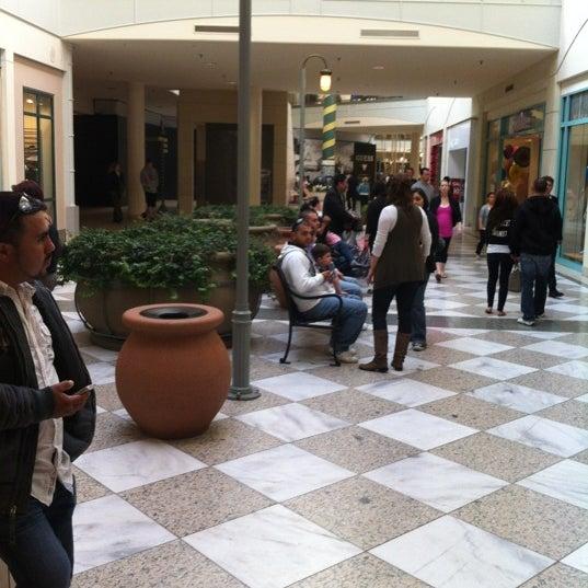 Foto tomada en Hillsdale Shopping Center por David M. el 4/1/2012
