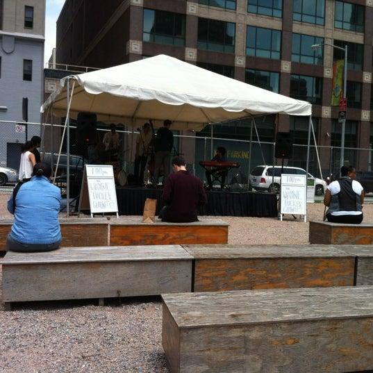รูปภาพถ่ายที่ Taïm Mobile Falafel & Smoothie Truck โดย katie เมื่อ 6/19/2012