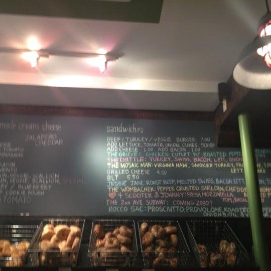 7/11/2012 tarihinde Manasee D.ziyaretçi tarafından Tompkins Square Bagels'de çekilen fotoğraf