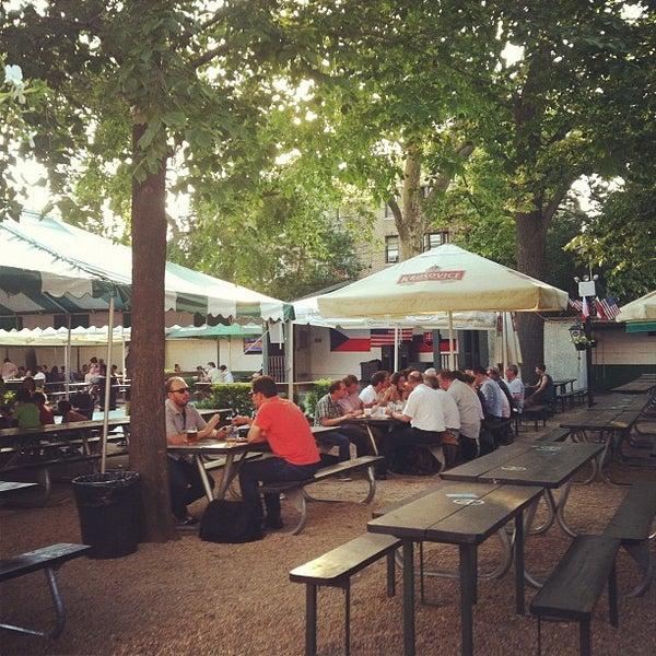 6/20/2012 tarihinde Peter S.ziyaretçi tarafından Bohemian Hall & Beer Garden'de çekilen fotoğraf