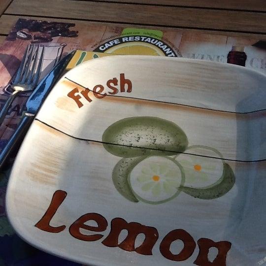 Das Foto wurde bei Limoon Café & Restaurant von Asli H. am 4/22/2012 aufgenommen