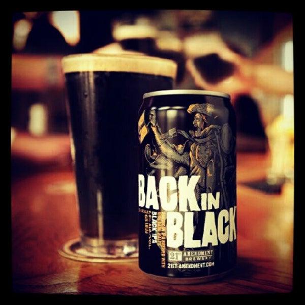 Foto diambil di All Black Irish Pub oleh Vito B. pada 9/2/2012