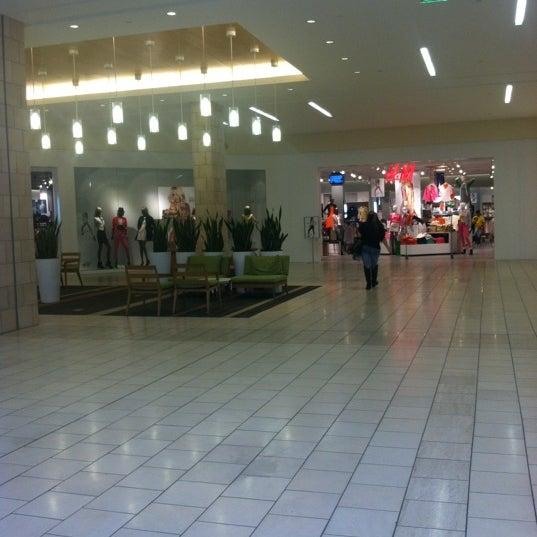 Foto tomada en Hillsdale Shopping Center por Joel el 2/16/2012