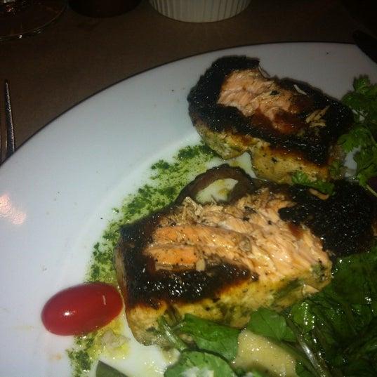 Das Foto wurde bei Beacon Restaurant & Bar von Zina Я. am 8/28/2012 aufgenommen