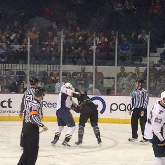 รูปภาพถ่ายที่ Allstate Arena โดย Kendall P. เมื่อ 3/15/2012