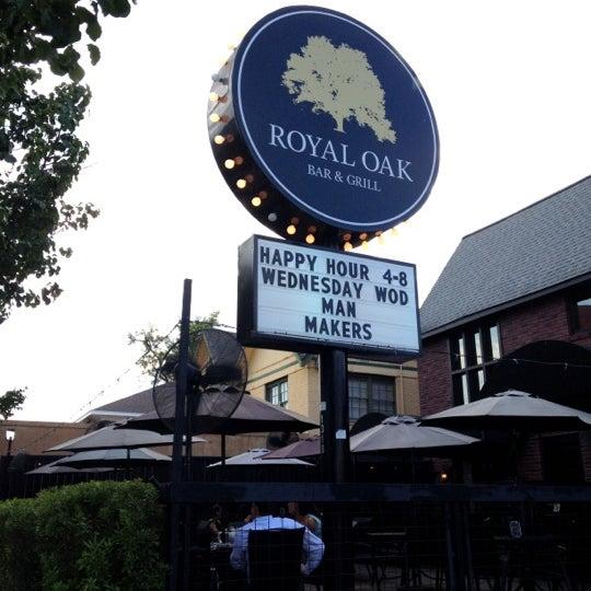 8/29/2012 tarihinde Dat L.ziyaretçi tarafından Royal Oak Bar and Grill'de çekilen fotoğraf