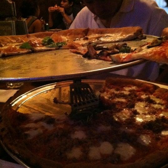 รูปภาพถ่ายที่ Luzzo's โดย Elyse H. เมื่อ 9/3/2012