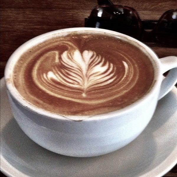 รูปภาพถ่ายที่ The West—Coffeehouse & Bar โดย Theo C. เมื่อ 4/9/2012