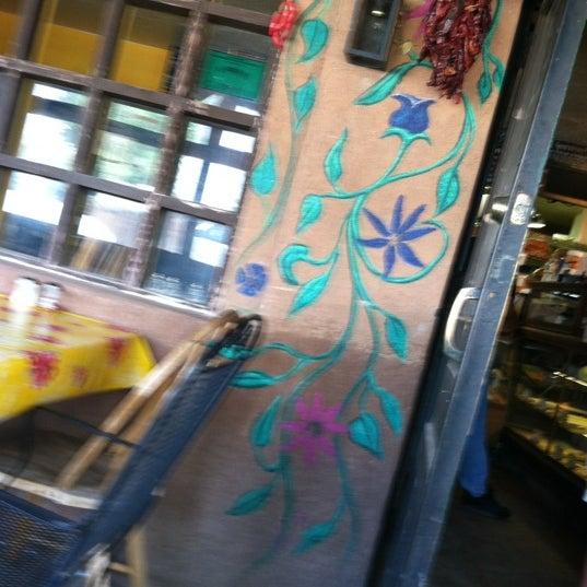 6/30/2012에 Naomi G.님이 Golden Crown Panaderia에서 찍은 사진