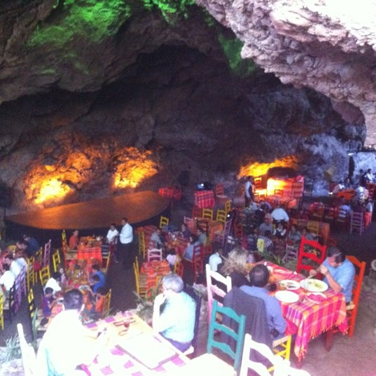 Foto tomada en La Gruta Restaurant por Victor H. el 3/3/2012