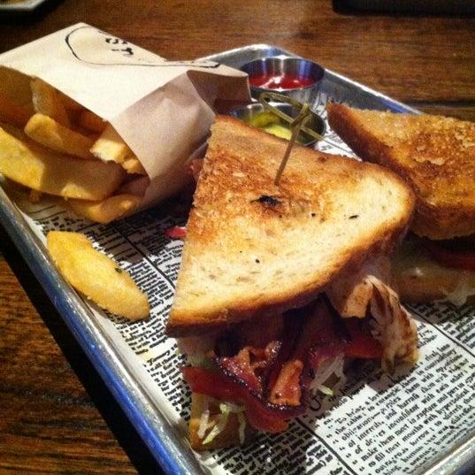 Foto scattata a SmithHouse - BBQ, Burgers, Brews da Leen T. il 7/4/2012
