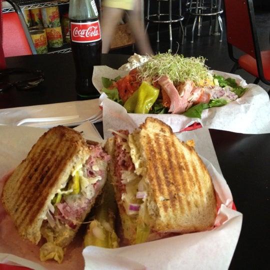 รูปภาพถ่ายที่ Fricano's Deli & Catering โดย Dion T. เมื่อ 4/4/2012